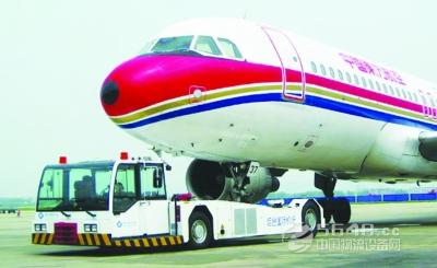 要求机场方面用专车摆渡到飞机跟前,机场方面由于没有相关规定,拒绝了
